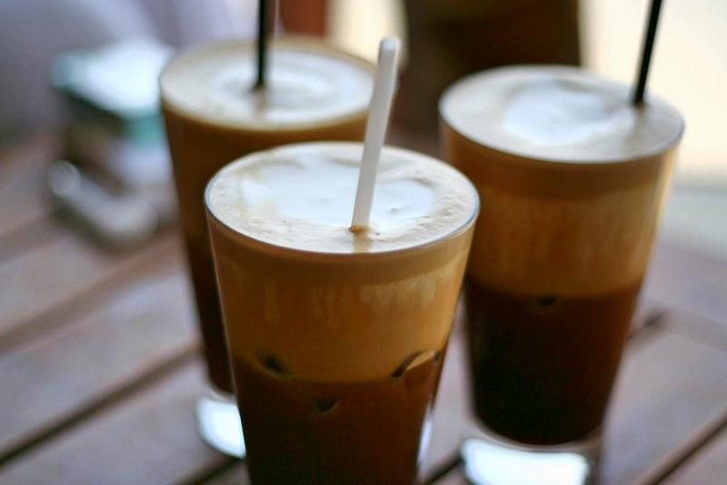 Nasz przepis na grecką frappe: zblendować 1.5 łyżki kawy instant i1.5 filiżanki zimne wody; dodać mleko icukier