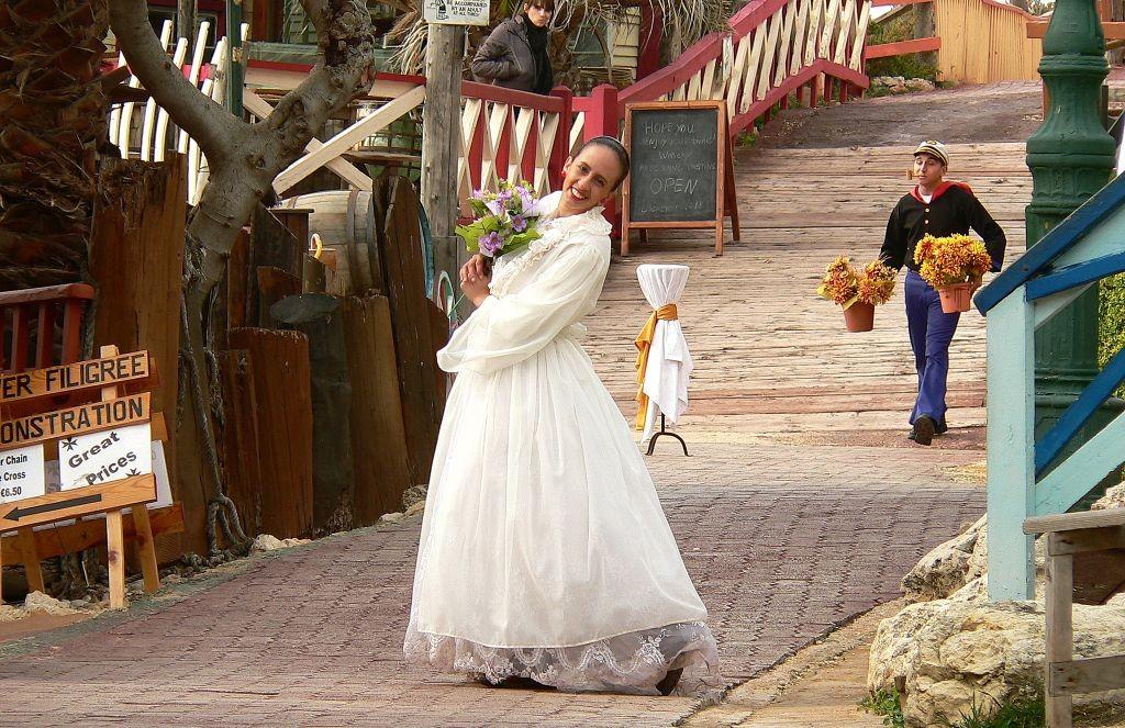 Aktorzy wcielający się wfilmowe postaci wparku Popeye Village. Fot. Ploync