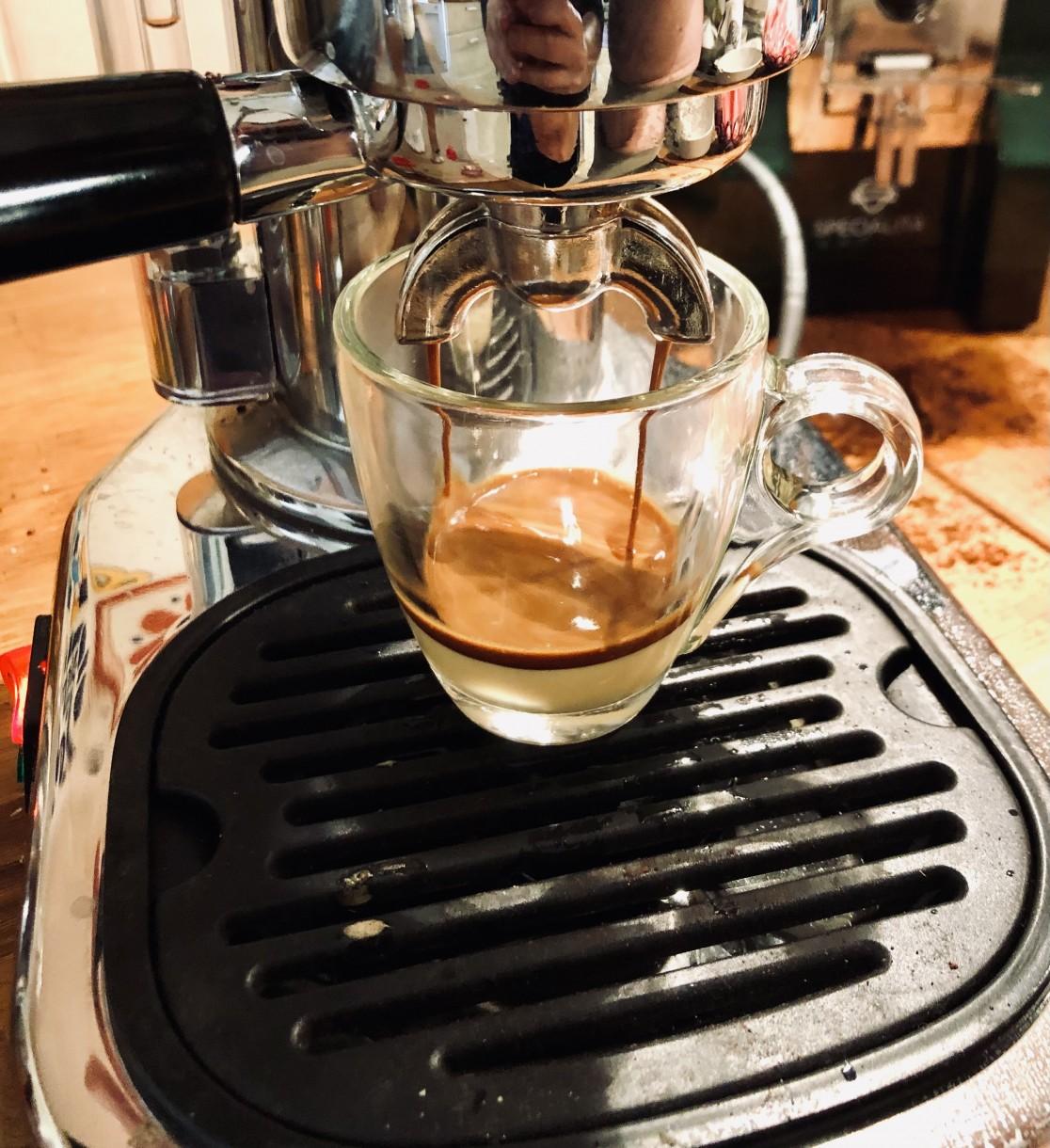 Filiżanka zmlekiem skondensowanym – szykujemy hiszpańska kawę bombón we włoskiej maszynie La Pavoni