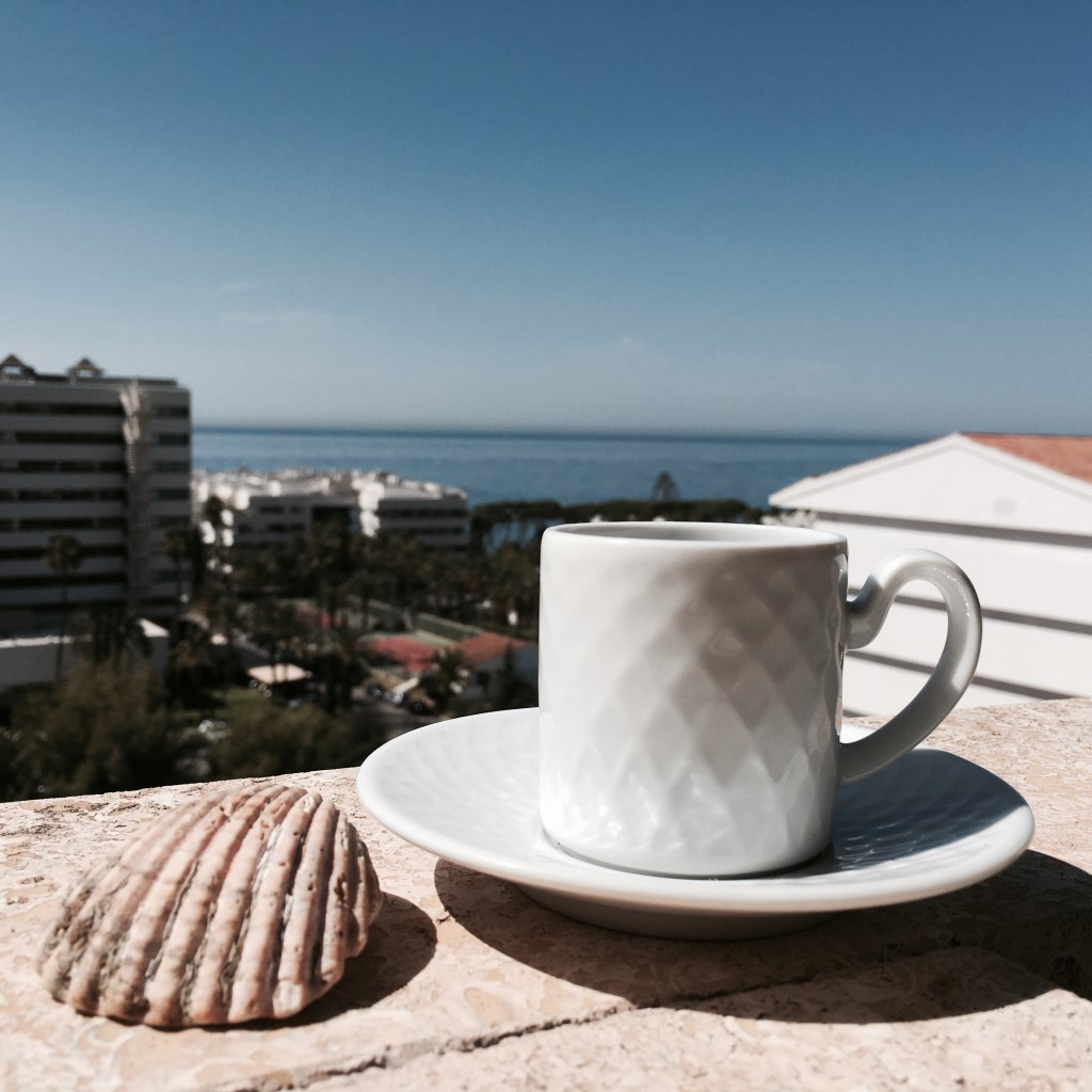 Filiżanka kawy zwidokiem na Morze Śródziemne... Trudno ocoś przyjemniejszego!