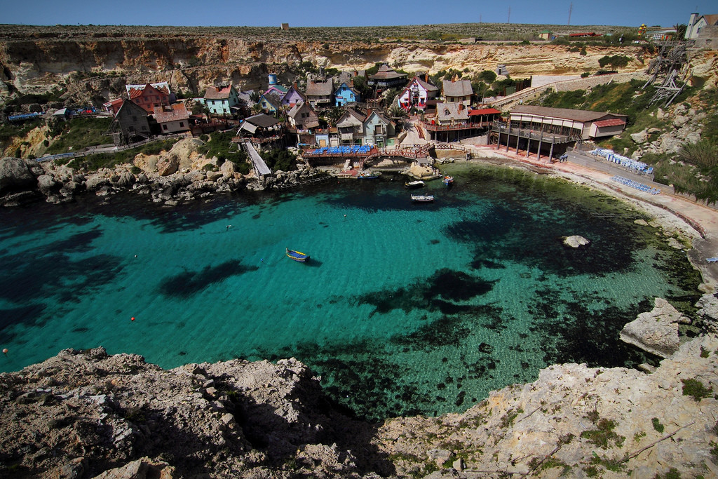 Krystaliczna woda wzatoce przy wiosce Popeye'a. Fot.: spaztacular/Flickr.