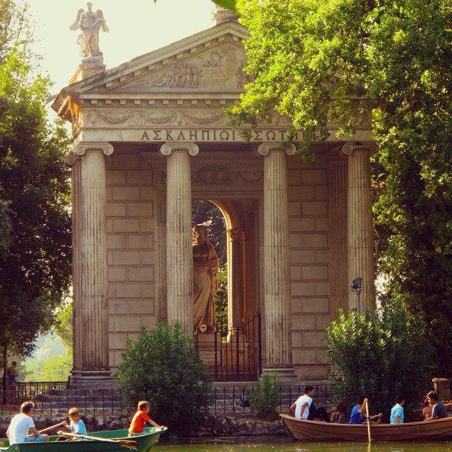 W Villa Borghese bób chrupać można, odpoczywając na małej łódeczce.