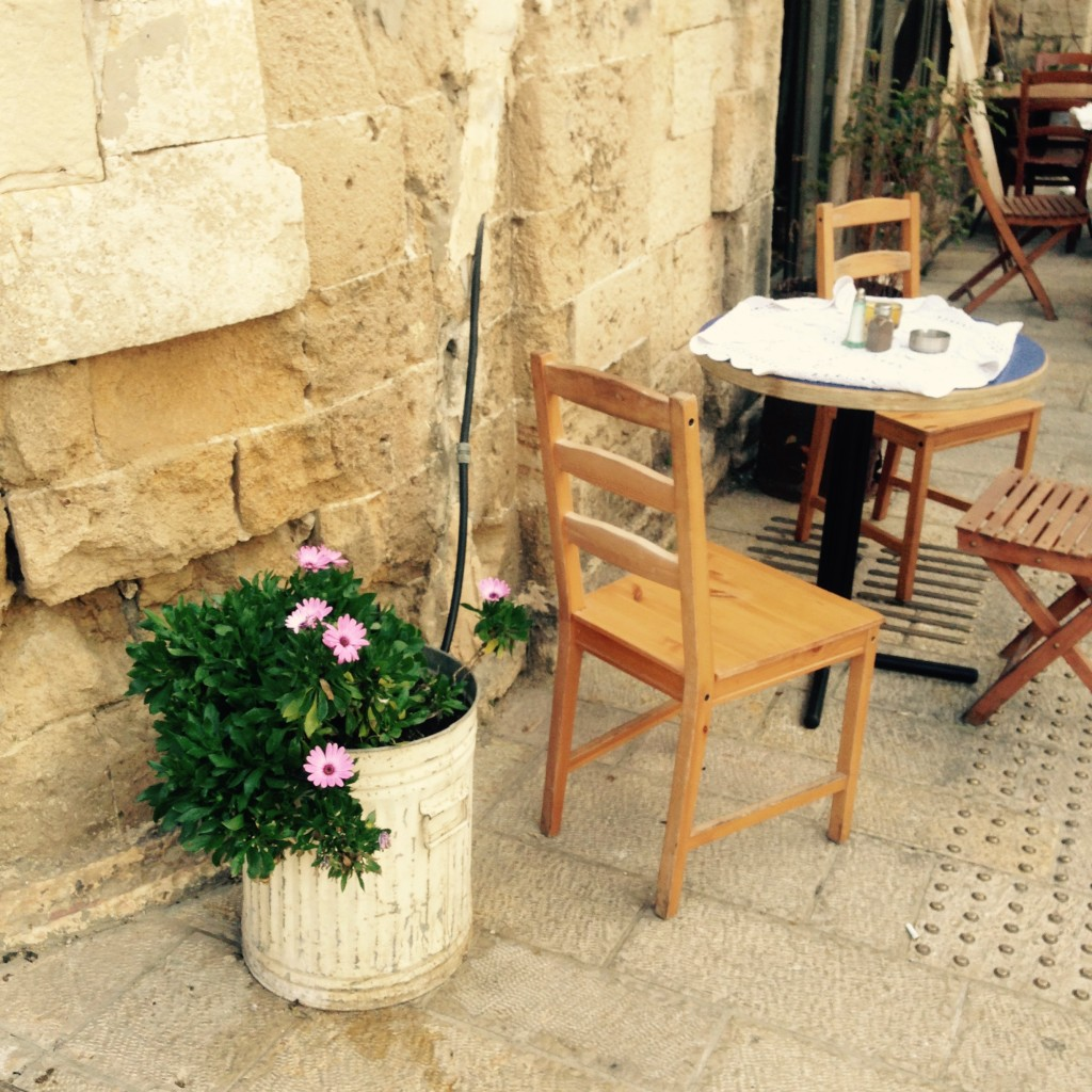 W oczekiwaniu na posiłek wrestauracji można się zupełnie zrelaksować – wIzraelu nie da się źle zjeść.
