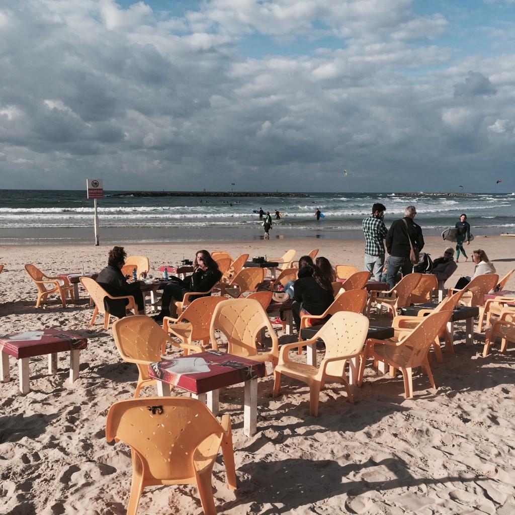 Pierwszy dzień roku spędzony na plaży zkubkiem kawy. Lubię! Na zdjęciu: plaża Blue Bird Beach wTel Awiwie.
