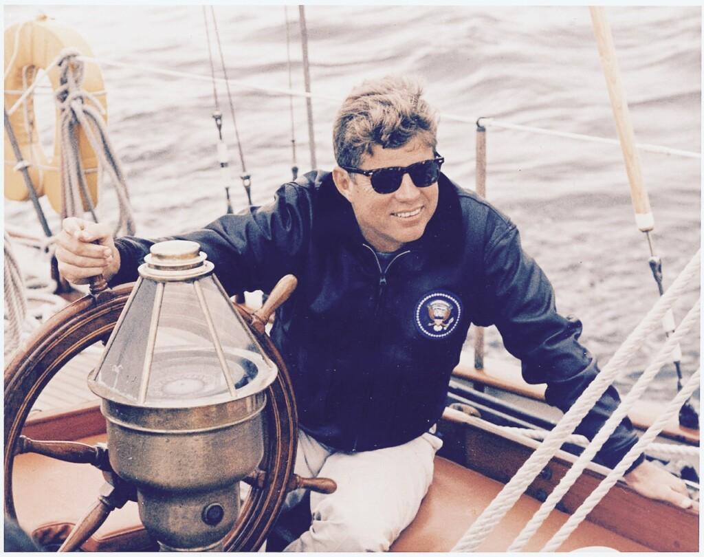 Styl marynistyczny podbił modę amerykańską. Tu: prezydent Kennedy. Fot. R. L. Knudsen