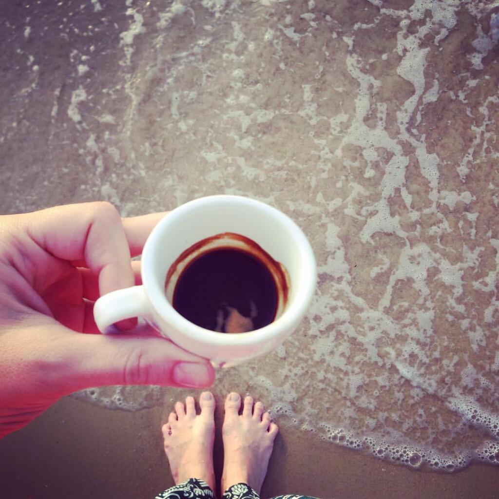 Pojedyncze spresso wypite ze stopami zanurzonymi wwodzie budzi lepiej, niż podwójne przy stole!