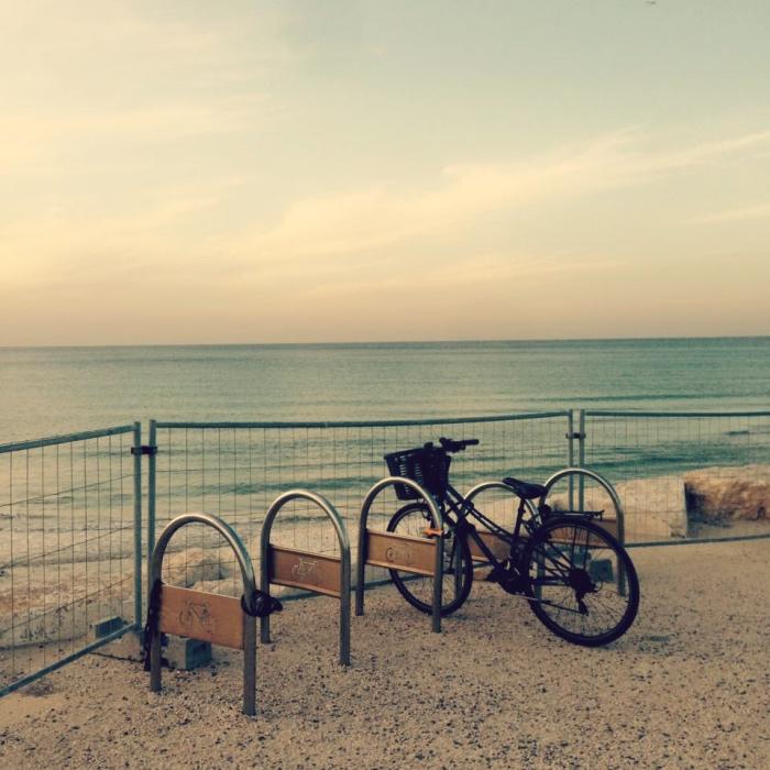 Telawiwiski brzeg jest doskonale przygotowany do przyjęcia cyklistów. Fot. Julia Wollner