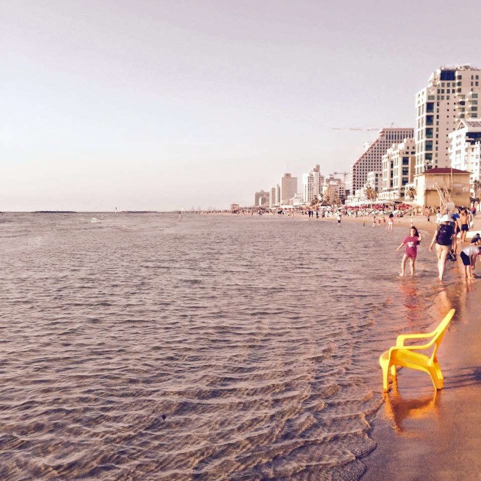 Charakterystyczne żółte fotele na telawiwskiej plaży często godzinami stoją wwodzie. Fot. Julia Wollner