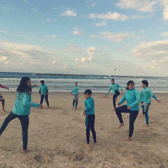 Młodzi surferzy pływają także zimą, jak tutaj – wstyczniu. Fot. Julia Wollner