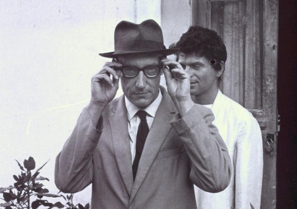 """William Burroughs poprawia okulary wTangerze"" ©Allen Ginsberg LLC, 2013. Creative Commons."