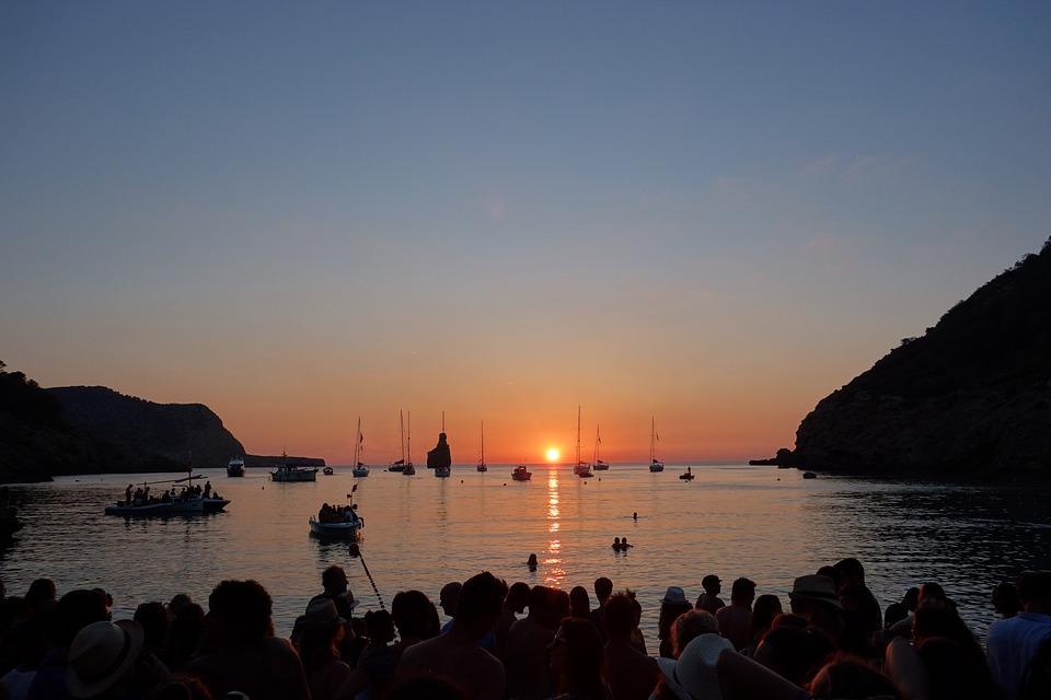 Zachód słońca gromadzi na Ibizie wielką publiczność. Fot. CC0 Public Domain