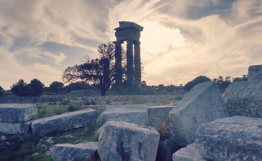 Piraci porwali Cezara, gdy zmierzał na Rodos. Na zdjęciu ruiny tamtejszego Akropolu. Fot. Ymakris / Wikipedia Commons