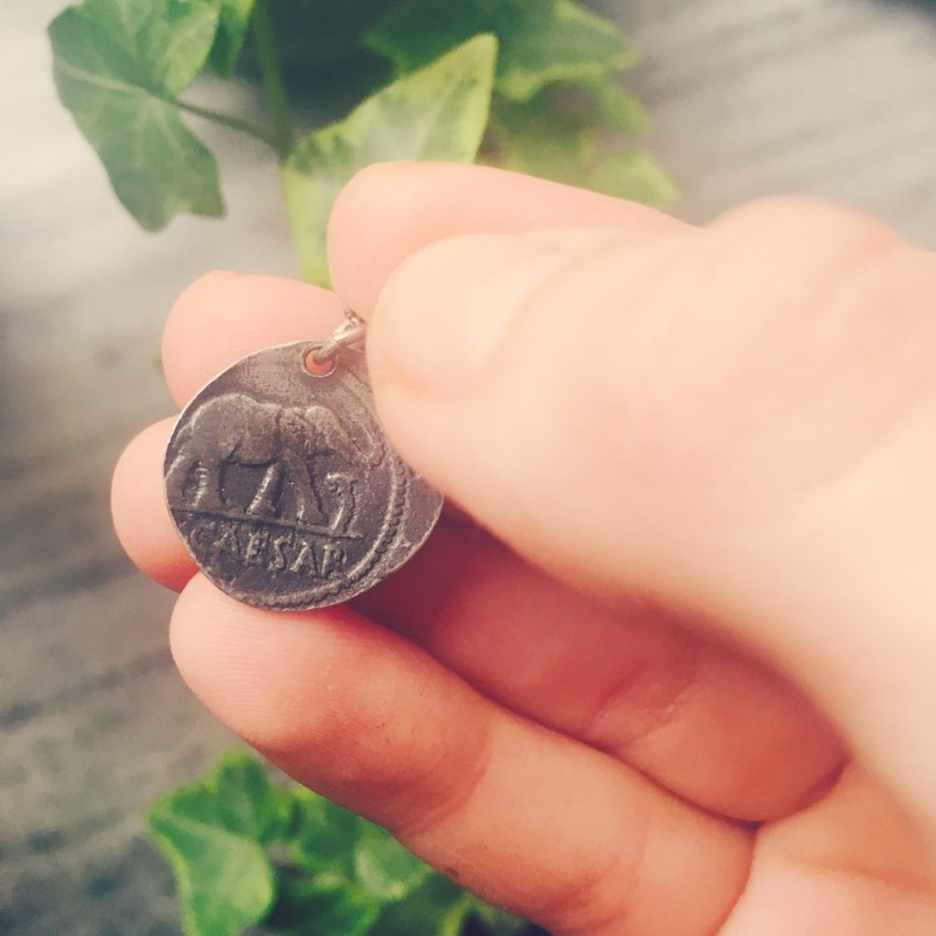 Reprodukcja rzymskiej monety zczasów Juliusza Cezara. Fot. Julia Wollner