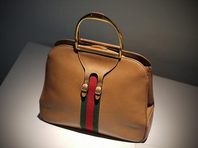Charakterystyczne barwy na torbie marki Gucci. Fot. Mathieu Lebreton/Flickr CC BY 2.0