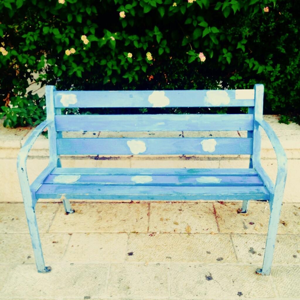 W tym miesiącu – inie tylko! – nie bój się marzyć ipatrzeć wniebo. Na zdjęciu: ławka stojąca wtelawiwskiej dzielnicy Neve Tzedek. Fot. Julia Wollner
