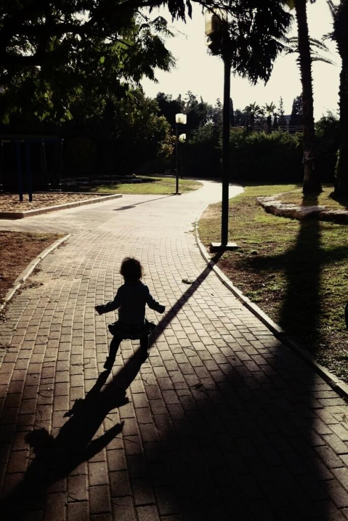 Moja starsza córka ucząca się chodzić gdzieś nad Morzem Śródziemnym. Fot. Julia Wollner
