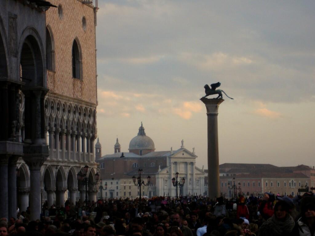 Kocham Wenecję za mariaż Wschodu zZachodem, podbity kadzidłem wymieszanym ze świetlistym błękitem. Julia Wollner