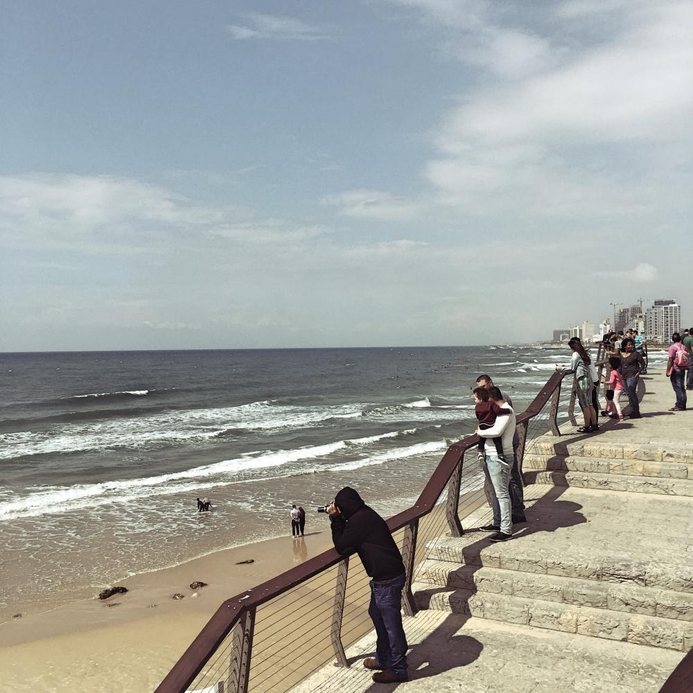 Spacer zmaluchem nad morzem? Częściej niż matki spotkamy na nim młodych ojców. Na zdjęciu: Tel Awiw, fot. Julia Wollner