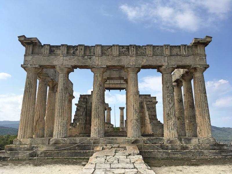 Świątynia poświęcona jest kreteńskiej nimfie Afai, która uciekła przed pożądliwym królem Minosem. Wydaje się, że oddawano jej cześć tylko na Eginie.