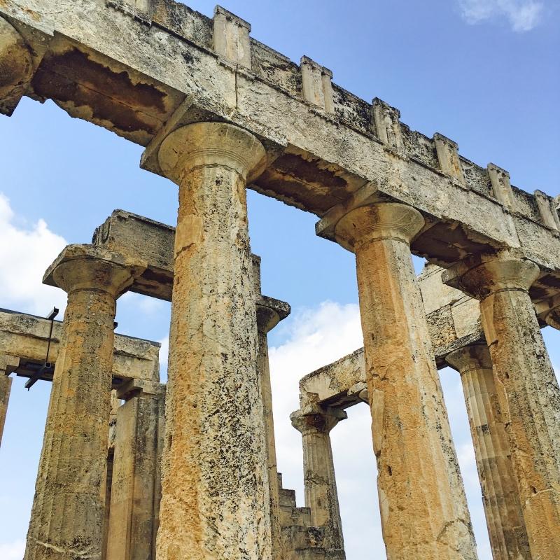 Ruiny zV w.p.n.e. są dobrze zachowane: podziwiać można liczne kolumny, duży fragment architrawu oraz filary celli.