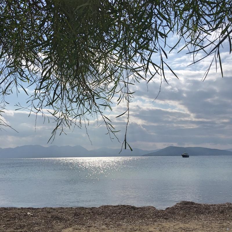 Zatoka Sarońska kusi plażami ispokojną wodą.