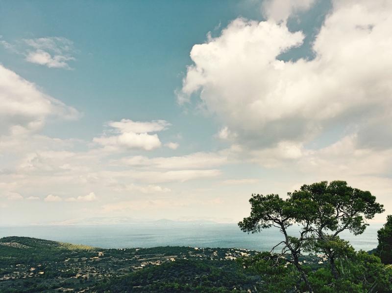 Ze wzniesienia, na którym zbudowano świątynię, roztacza się malowniczy widok na wyspę iZatokę Sarońską.