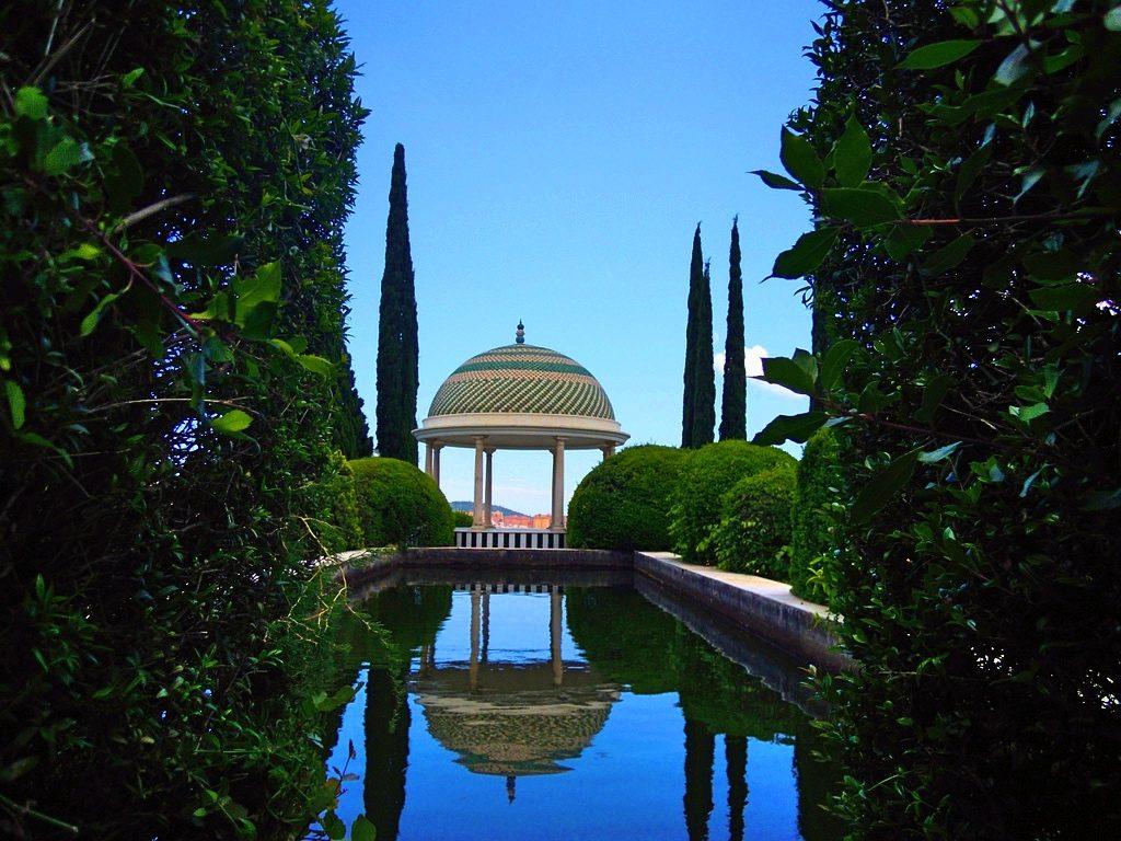 """Mirador en el Jardín Botánico-Histórico La Concepción, Málaga"""" autorstwa vreimunde opublikowane na licencji CC BY 2.0."""