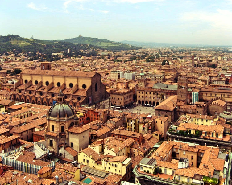 San Petronio iPiazza Maggiore – widok zTorre degli Asinelli, fot. Steffen Brinkmann / Wikimedia Commons, https://en.wikipedia.org/wiki/GNU Free Documentation License