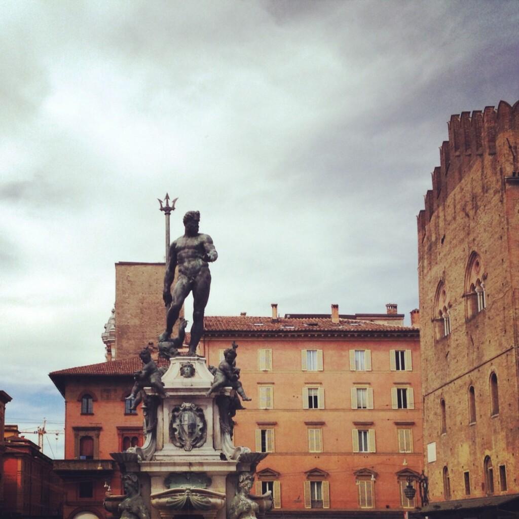 Przy bolońskim ratuszu od XVI w. stoi posąg Neptuna dłuta flamandzkiego artysty Jeana de Boulogne da Douai. Bóg morza przyprawił kardynałów, którzy zlecili wzniesienie jego pomnika, oniemały ból głowy. Fontanna zjego wizerunkiem miała ozdobić centralny plac Piazza Maggiore, lecz okazała się zbyt śmiała... Artysta, na polecenie Kościoła, zmodyfikował wodpowiednim miejscu rzeźbę, wydłużając jednak palec Neptuna, co pod odpowiednim kątem oddaje, nawet dobitniej, początkową wizję autora. Fot.Jakub Strzemżalski