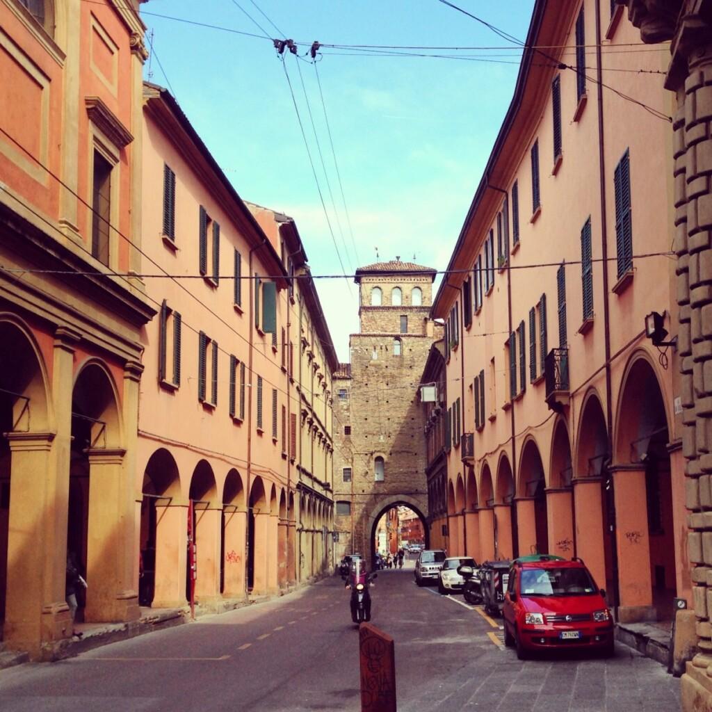 Czerwone bolońskie uliczki. Fot. Jakub Strzemżalski