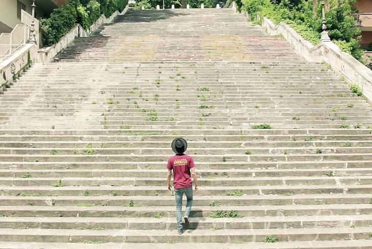 Fotografia reklamująca przegląd filmów Sergia Leone zorganizowany na słynnych schodach wrodzinnej dzielnicy obu artystów