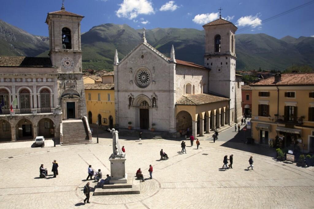 Piazza San Benedetto wNursji, jeszcze przed trzęsieniem ziemi, fot. Biggs / Flickr, CC BY 2.0