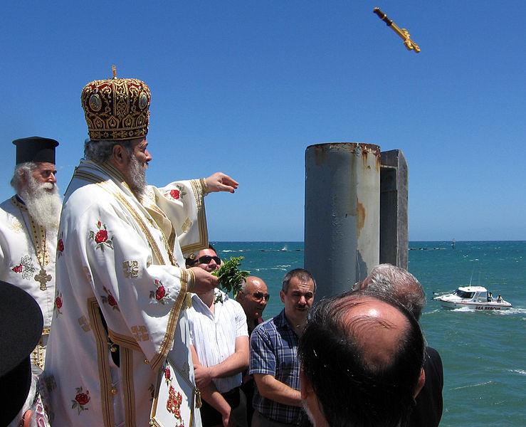 Szóstego stycznia kapłan wrzuca krzyż do wody. Fot. Jim Maggas / Wikimedia Commons, CC BY 3.0