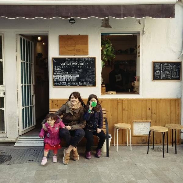 Moje dziewczyny pod kawiarnią Mia, wdrodze do hammamu – gdy one się moczą, ja delektuję się kawą.