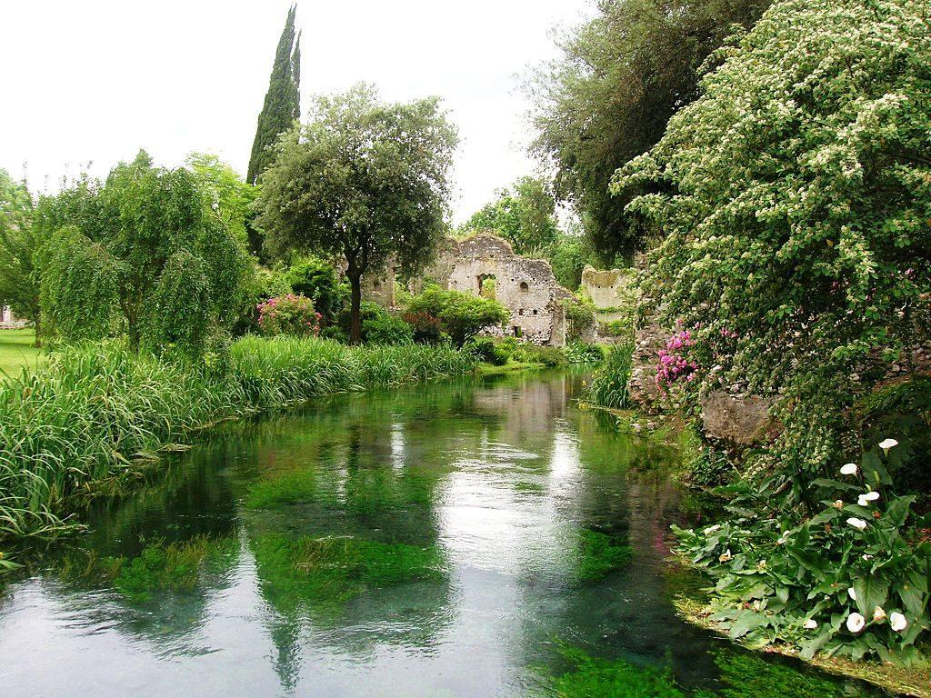 Giardino di Ninfa, fot. Mentnafunangann / Wikimedia, CC BY-SA 3.0