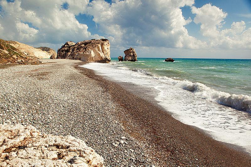 Cypryjska plaża Petra tou Romiou – legendarne miejsce narodzin Afrodyty, fot. Nino Verde / Wikimedia, CC BY-SA 3.0