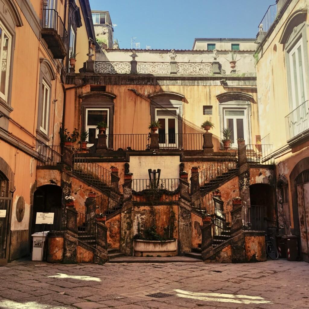 Piękne neapolitańskie podwórko kryje ciekawą niespodziankę