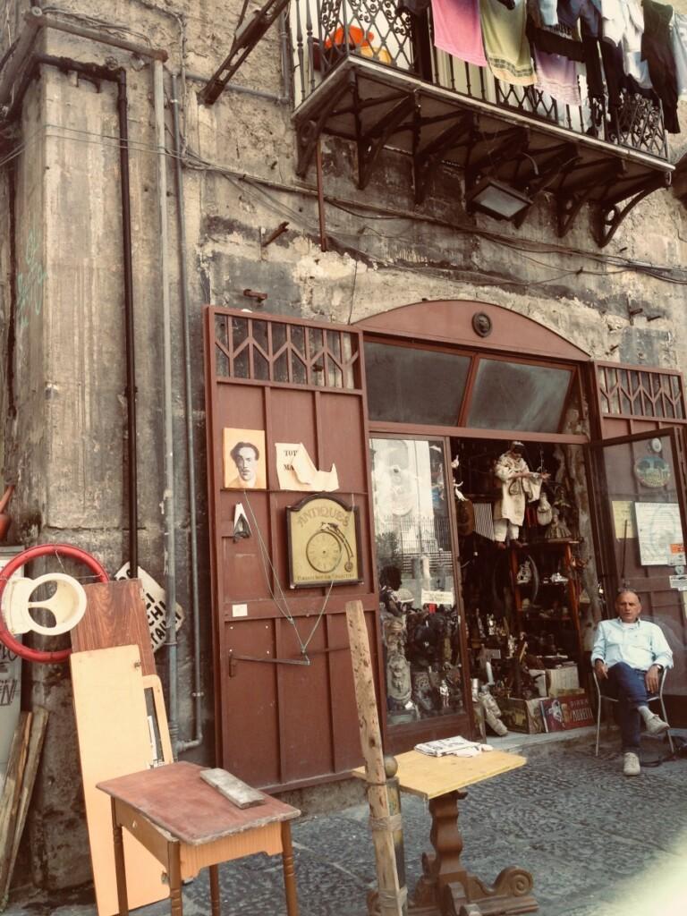 Neapolitańskie sklepy, szczególnie te na starówce, mogą wydać się zaczarowane