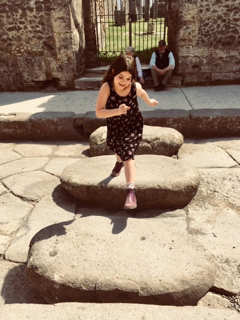 siedmioletnia Tullia szaleje wPompejach