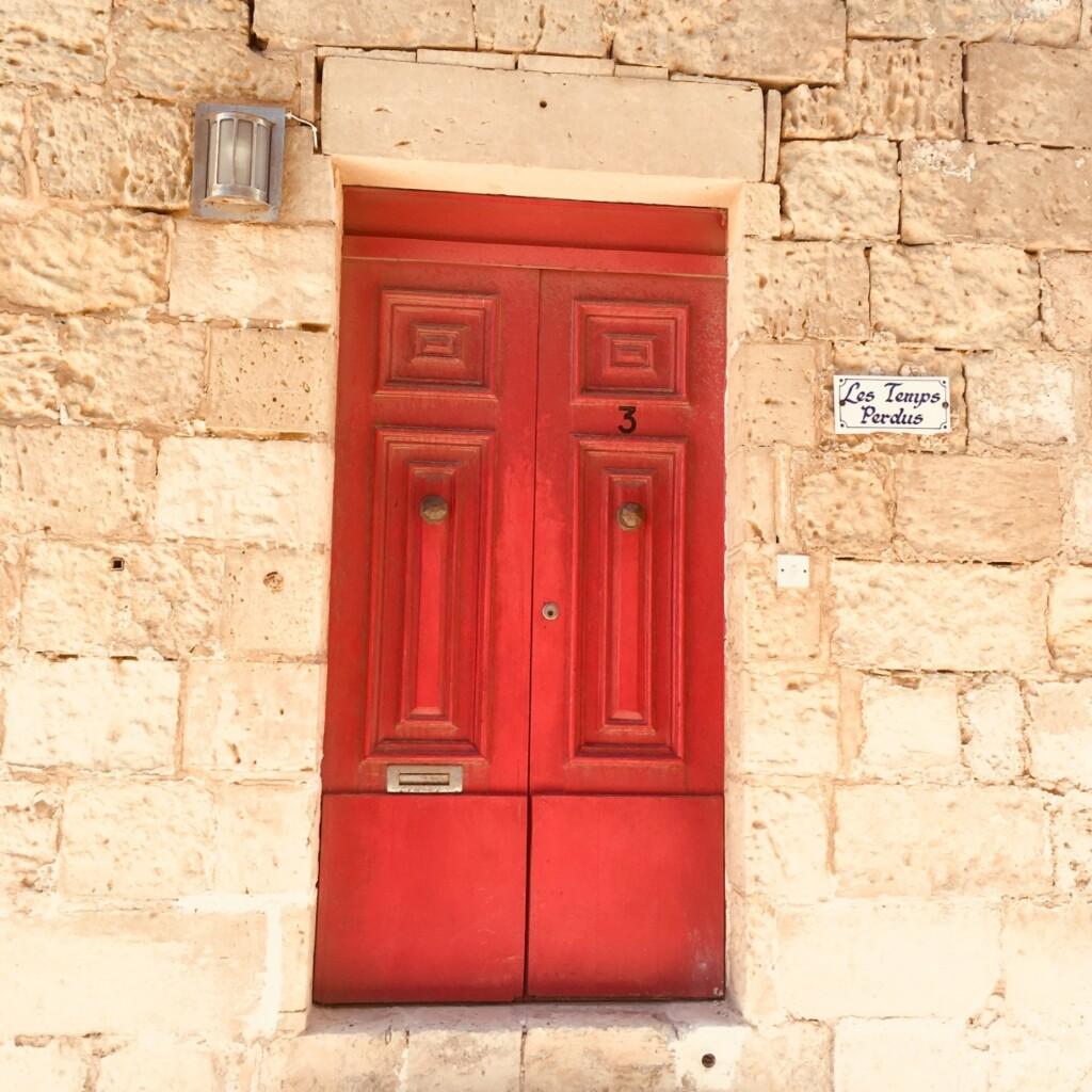 Malowane na rozmaite barwy drzwi do maltańskich mieszkań zaskakują często poetyckimi nazwami.