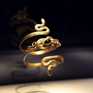 Wężowa bransoleta z węzłem Heraklesa, Muzeum Biżuterii w Pforzheim