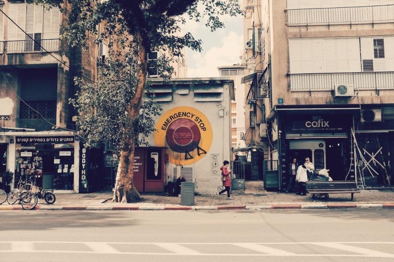 Ulice Tel Awiwu rzadko są tak puste. Zwykle wypełniają je tłumy Izraelczyków, którzy baaardzo chętnie robią zakupy
