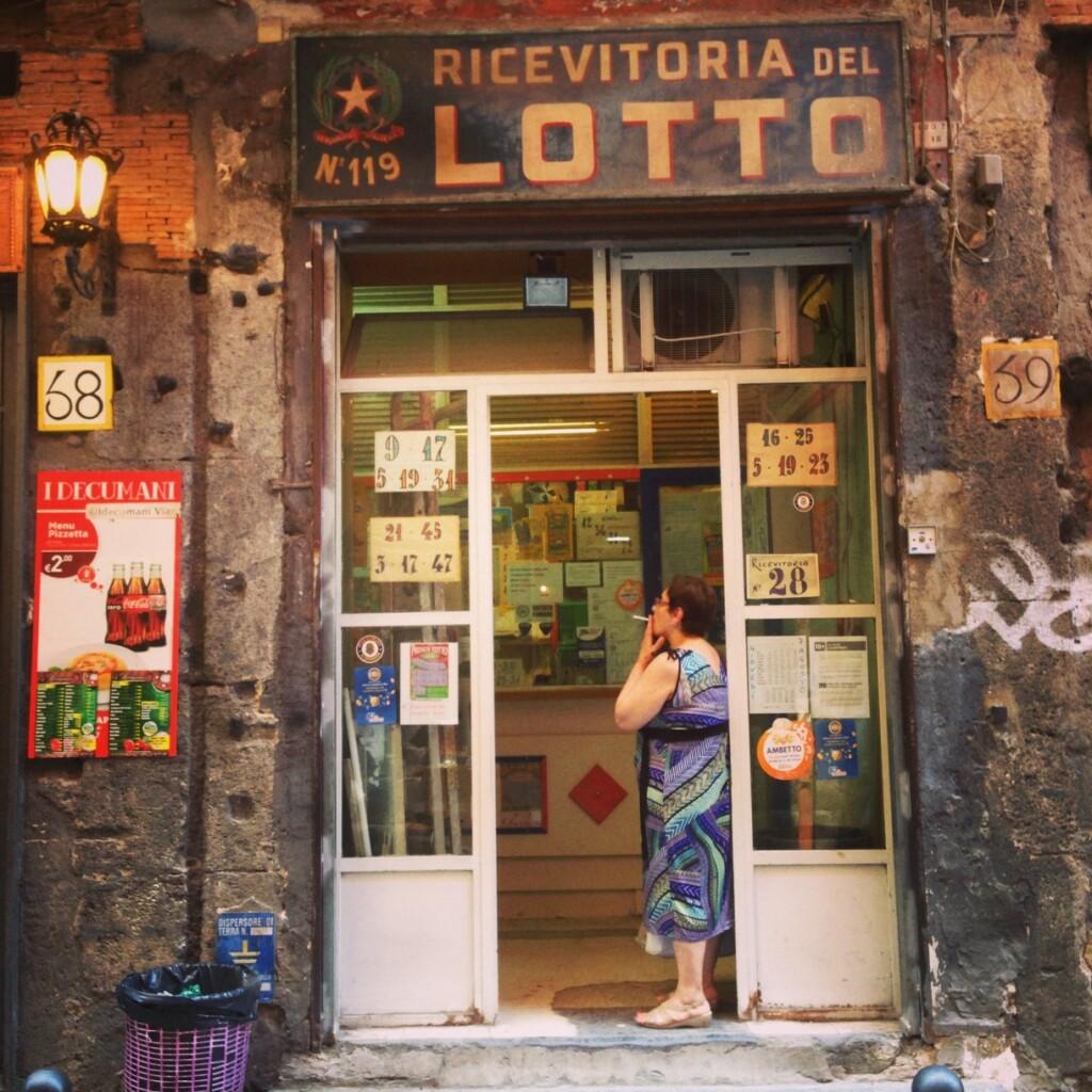 Neapolitański kantor lotto. Fot. Julia Wollner