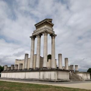 Rekonstrukcja ruin antycznej świątyni
