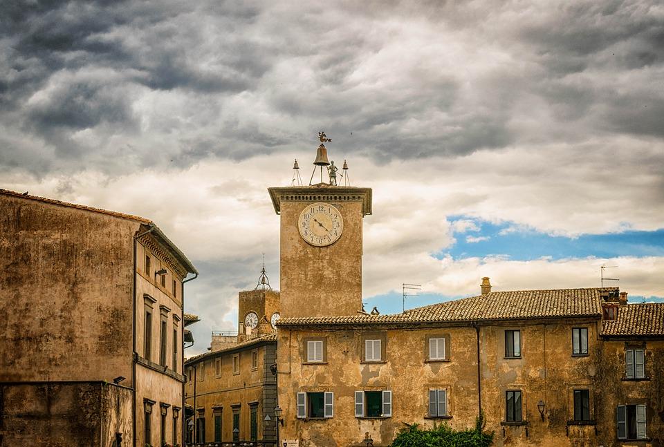 Średniowieczna zabudowa wOrvieto; widoczna jest oczywiście wieża zzegarem