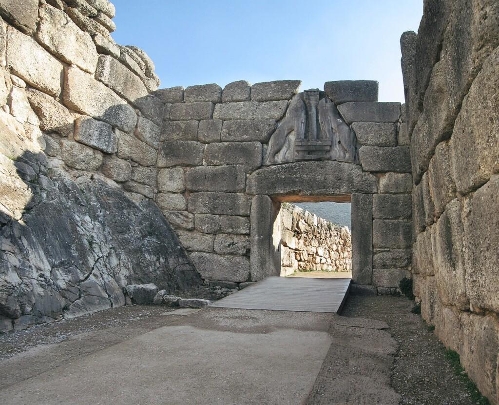 Upadek rzeczywistej Troi nastąpił prawdopodobnie wXII wieku p.n.e., co zgadza się zdatą obliczoną przez filologów na podstawie Iliady: 1183/1184 p.n.e. Wkrótce upadła też cywilizacja mykeńska ( XII/XI w. p.n.e.). Zniszczyło je przybyłe prawdopodobnie zBałkanów inne plemię greckie – Dorowie. Wodróżnieniu od używających brązu Achajów Dorowie znali żelazo.