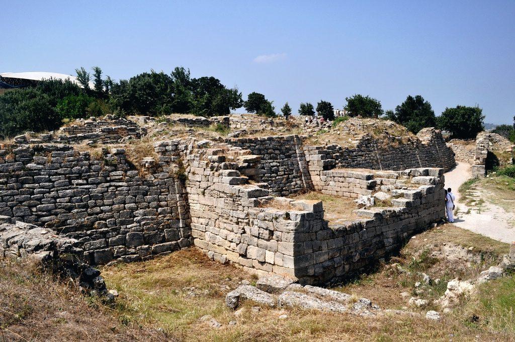 Jako najstarszy izarazem bardzo obszerny grecki dokument pisany, Iliada jest jednym znajważniejszych źródeł dla historii okresu przedarchaicznego iwczesnego okresu archaicznego wdziejach starożytnej Grecji, atakże okresów wcześniejszych. Zawarte wniej mity zawierają reminiscencje wydarzeń historycznych, aprzedstawione przez nią szczegółowe opisy życia Achajów iTrojańczyków stanowią materiał do rekonstrukcji życia wGrecji homerowej iprzedhomerowej.