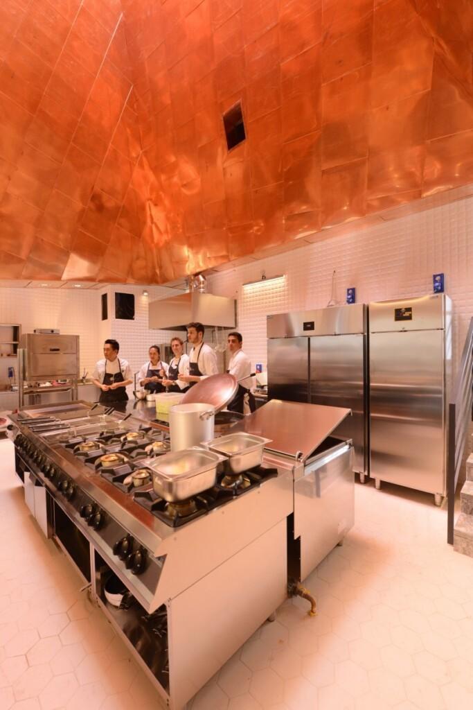 Kuchnia, która jest sercem jadłodajni, znajduje się na dawnej scenie. Kosztowała fortunę – informuje mnie mój przewodnik Carlo.