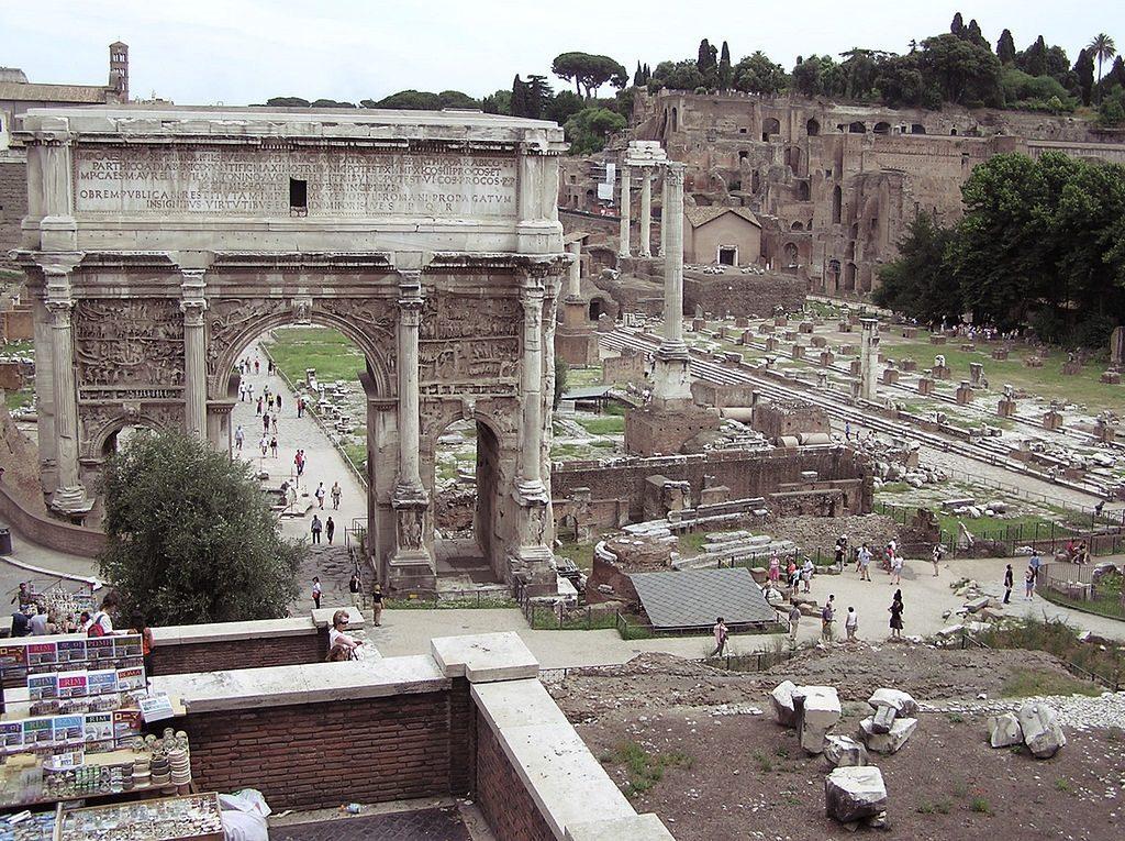 Najstarszą świątynią Wulkana był Volcanal, ufundowany zgodnie ztradycją przez Romulusa iTytusa Tacjusza na Forum Romanum ustóp Kapitolu, gdzie wzniesiono kwadrygę zbrązu poświęconą bogu. Według Plutarcha została ona zdobyta wjednej zwojen latyńskich, która miała miejsce szesnaście lat po założeniu miasta. Pozostałości po świątyni przykryte są szarym dachem widocznym zprawej strony.
