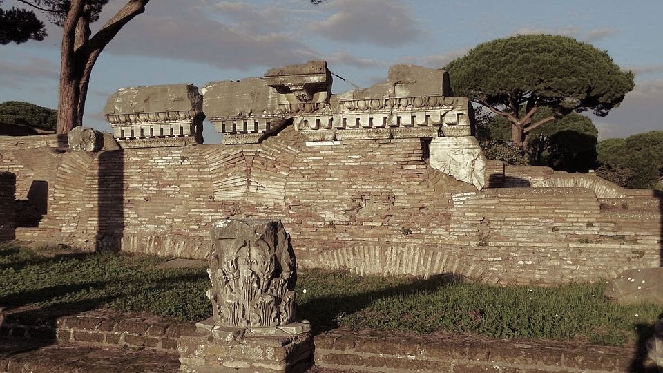 Spośród wszystkich italskich miast największą cześć oddawano Wulkanowi wOstii, gdzie bóg posiadał własnego kapłana pontifex volcani, przewodzącego kolegium wszystkich kapłanów wmieście.